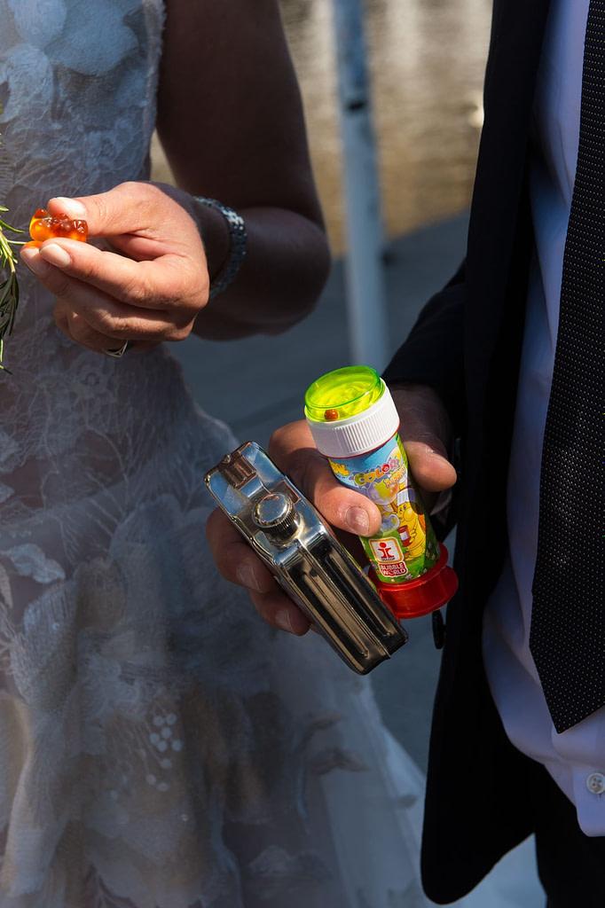 Der Flachmann für den Bräutigam und die Seifenblasen für die Kinder sind wichtige Utensilien auf jeder Hochzeit beim Hochzeitsfotograf Hamburg