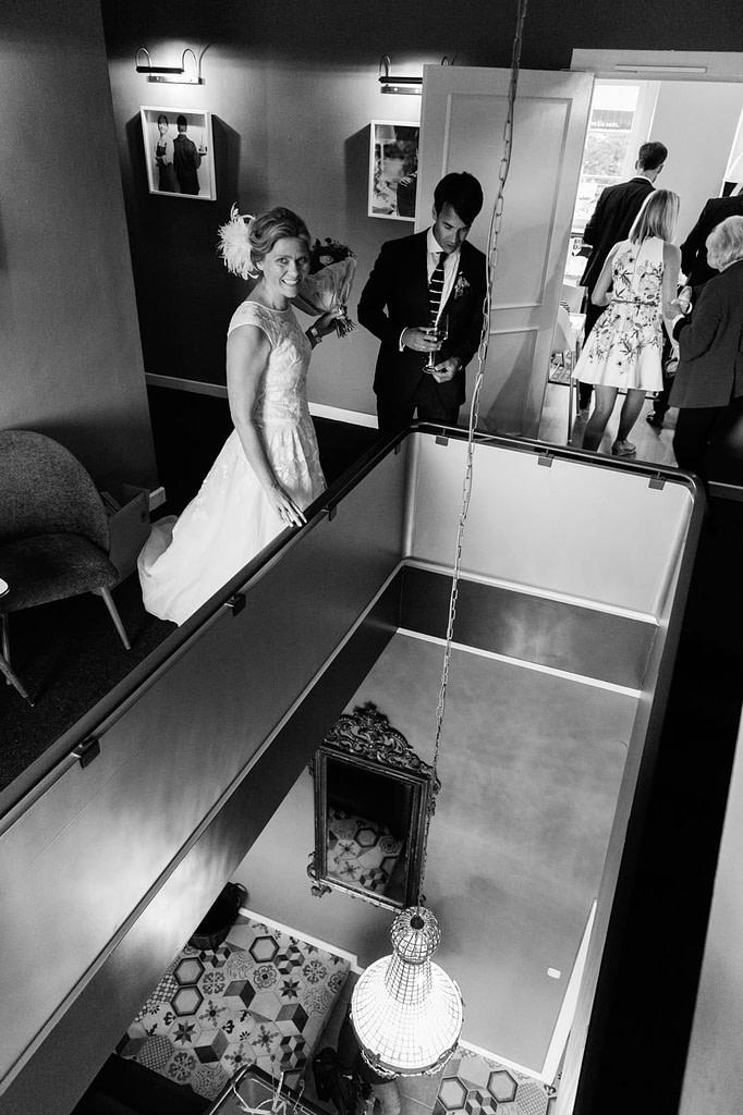 Das Hochzeitspaar im Goldschätzchen der Koch Fabrik auf dem Golf Park Peiner Hof in Priesdorf beim Hochzeitsfotograf Hamburg