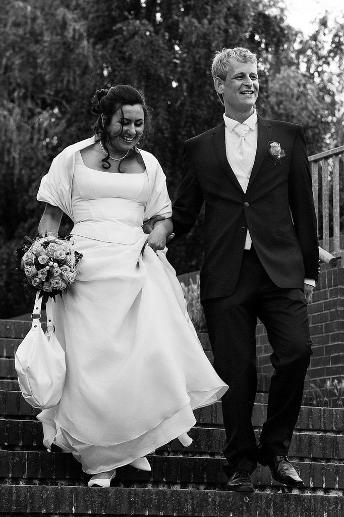 Brautpaar auf dem Weg zur Liebesinsel im Stadtparksee in Hamburg Barmbek bei den Brautpaarfotos beim Hochzeitsfotograf Hamburg