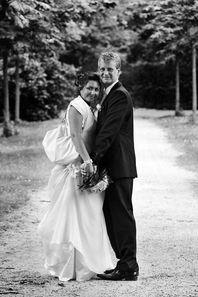 Hochzeitspaar hält sich eng umschlungen beim Schlendern durch den Stadtpark in Hamburg Winterhude bei den Brautpaarfotos beim Hochzeitsfotograf Hamburg
