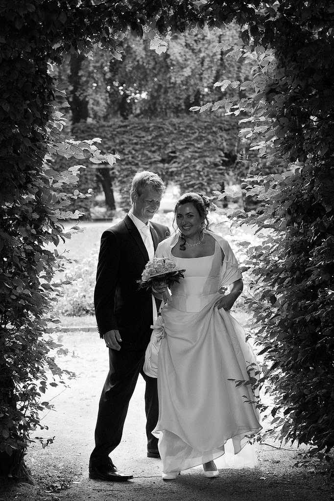 Hochzeitspaar spielt im Adam und Eva Heckengarten im Hamburger Stadtpark in Winterhude bei den Brautpaarfotos beim Hochzeitsfotograf Hamburg