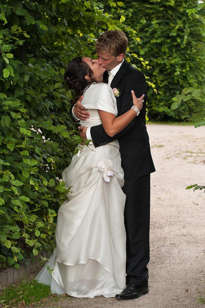 Hochzeitskuß im Adam und Eva Heckengarten im Hamburger Stadtpark in Winterhude bei den Brautpaarfotos beim Hochzeitsfotograf Hamburg