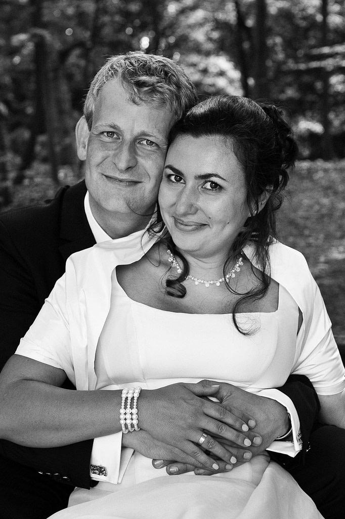 Gemeinsames Brautpaarfoto im Stadtpark in Hamburg Winterhude bei den Brautpaarfotos beim Hochzeitsfotograf Hamburg