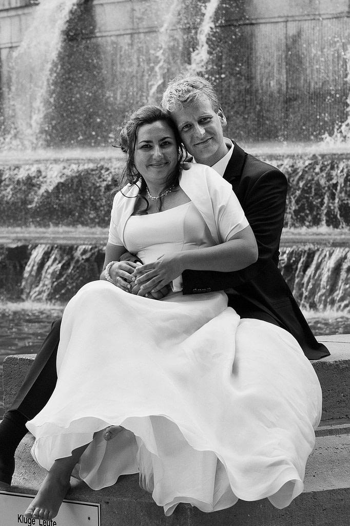 Hochzeitsportrait vor dem Springbrunnen am Planetarium im Stadtpark bei den Brautpaarfotos beim Hochzeitsfotograf Hamburg
