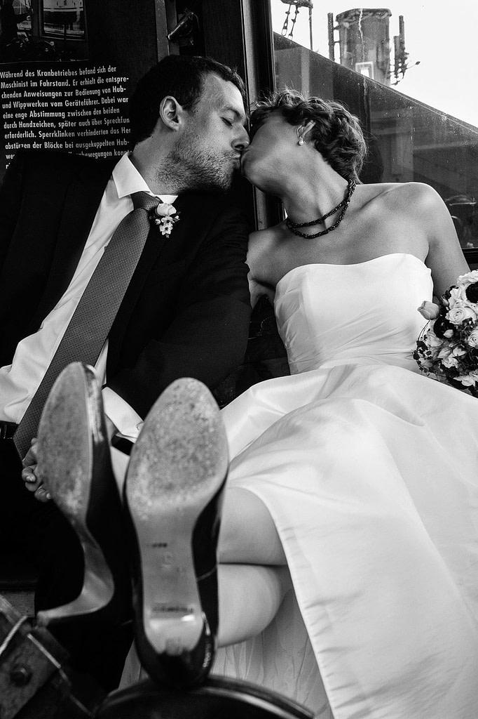 Küssendes Hochzeitspaar in der Krankanzel im Hafenmuseum Hamburg beim Hochzeitsshooting mit dem Hochzeitsfotograf Hamburg