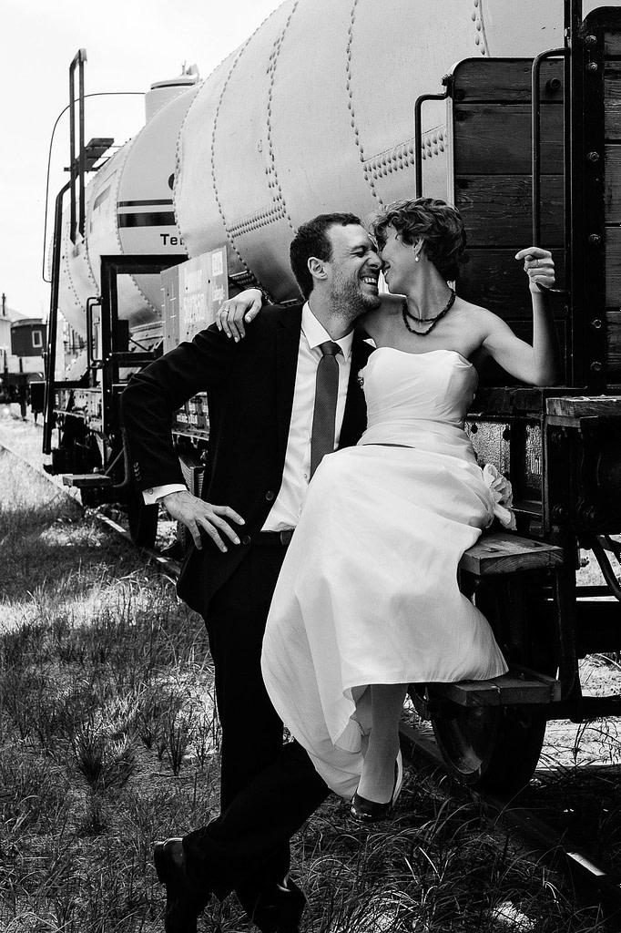Hochzeitspaar flörtet an den historischen Kaianlagen im Hansahafen beim Hochzeitsshooting mit dem Hochzeitsfotograf Hamburg