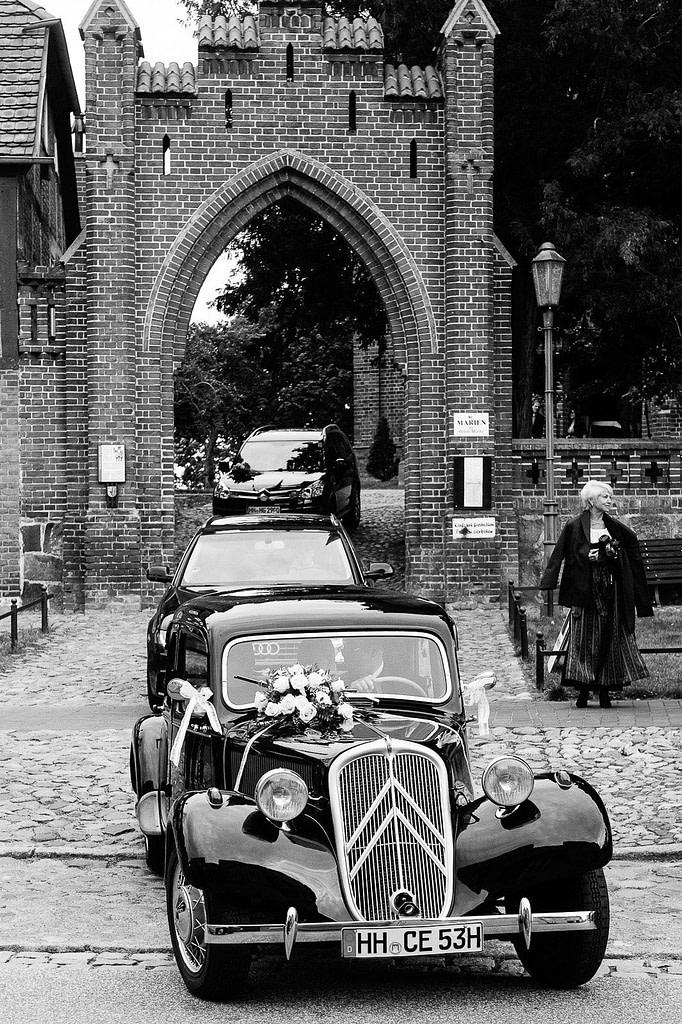 Hochzeitspaar im Hochzeitsauto Citroen Gangsterlimosine CV11 beim Autokorso auf der Landhochzeit in Röbel an der Müritz in Mecklenburg Vorpommern beim Hochzeitsfotograf Landhochzeit Hamburg