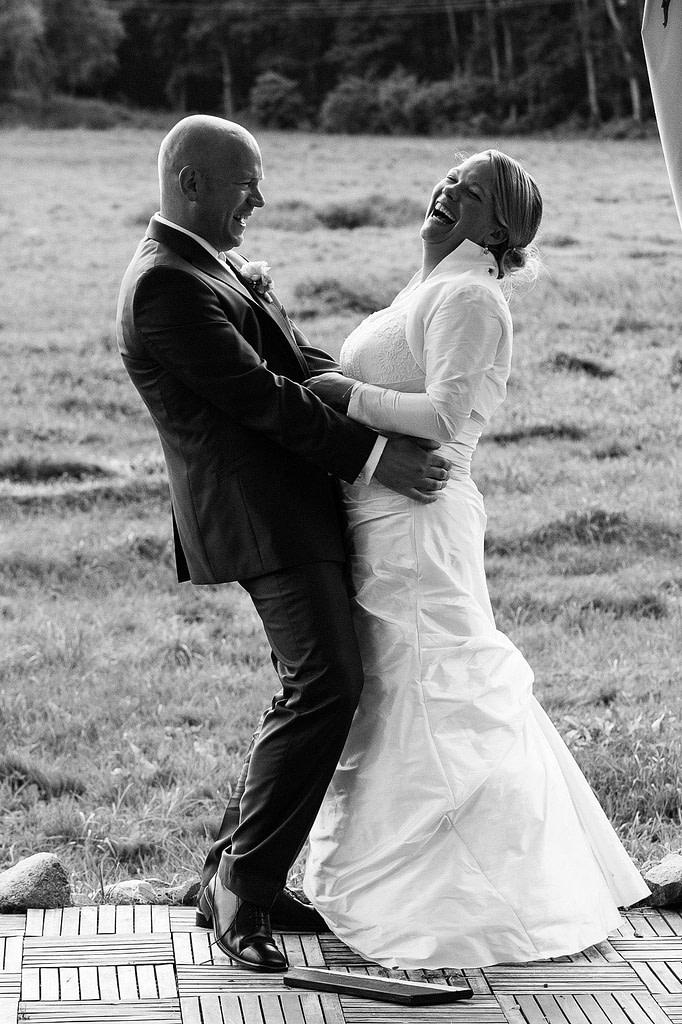 Hochzeitspaar hat viel Spaß bei den Brautpaarfotos im Park vom Gutshof Woldzegarten in Mecklenburg Vorpommern beim Hochzeitsfotograf Landhochzeit Hamburg