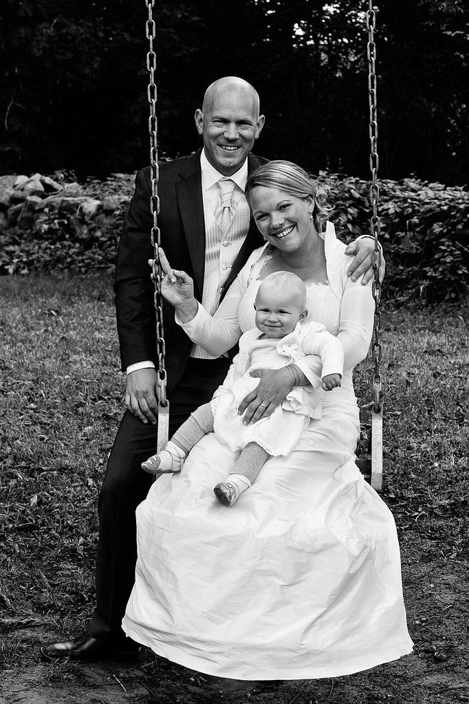 Braut, Bräutigam und Hochzeitskind auf der Baumschaukel bei der Landhochzeit im Parl vom Gutshof Woldzegarten in Mecklenburg Vorpommern beim Hochzeitsfotograf Landhochzeit Hamburg