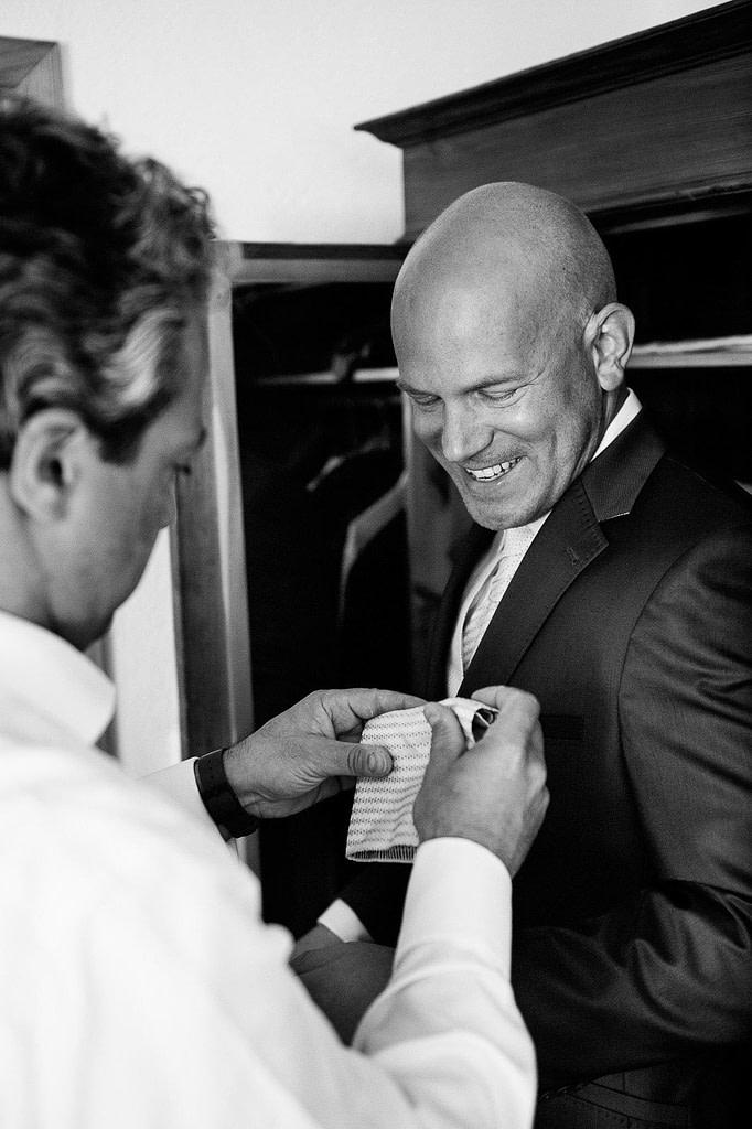 Bräutigam beim Ankleiden auf der Landhochzeit am Gutshof Woldzegarten in Mecklenburg Vorpommern beim Hochzeitsfotograf Landhochzeit Hamburg