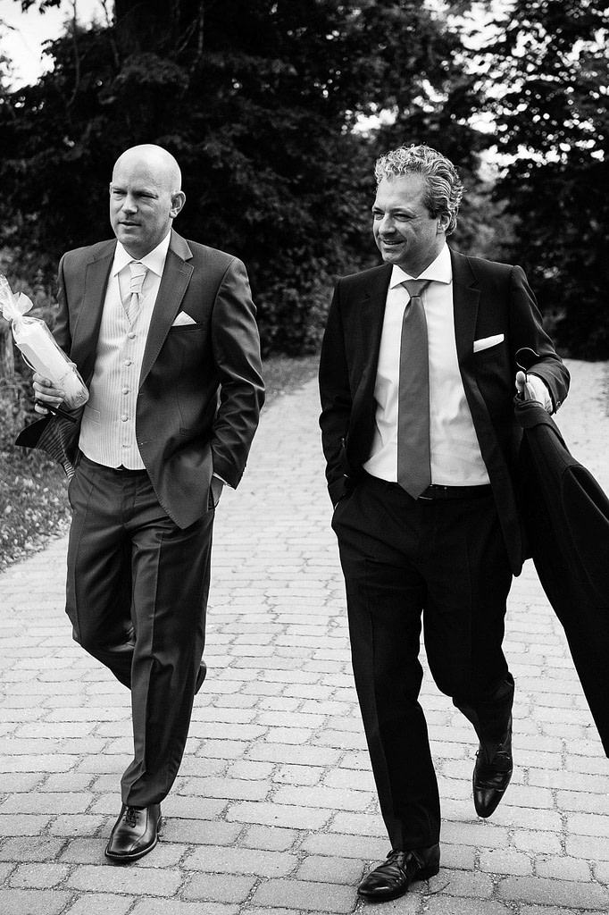 Bräutigam und Trauzeuge auf dem Weg zur Trauung in der Sankt Marien Kirche in Röbel an der Müritz in Mecklenburg Vorpommern beim Hochzeitsfotograf Landhochzeit Hamburg