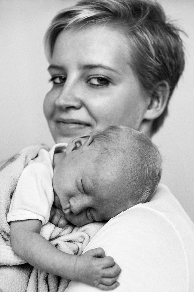 Mama mit Baby auf der Schulter beim Babyfotograf in Hamburg Harburg