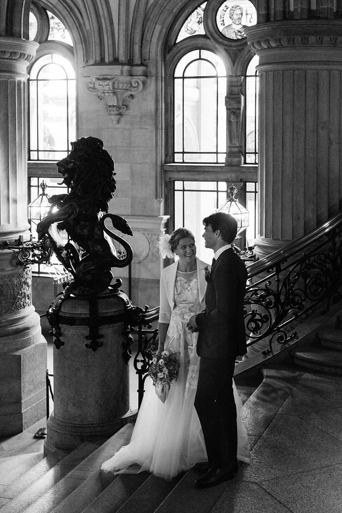 Das Hochzeitspaar wartet auf den Treppen der Empfangshalle vom hamburger Rathaus auf seine Trauzeremonie im Phönixsaal beim Hochzeitsfotograf Hamburg