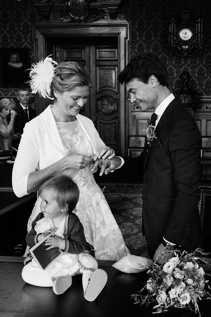 Das Hochzeitspaar tauscht die Eheringe bei der Trauung im Phönixsaal im Hamburger Rathaus beim Hochzeitsfotograf Hamburg