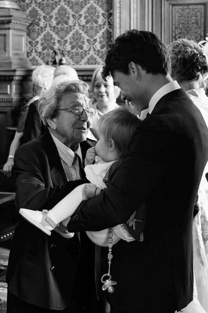 Glückwünsche und Gratulatioen nach der Trauung im Phönixsaal im Hamburger Rathaus beim Hochzeitsfotograf Hamburg