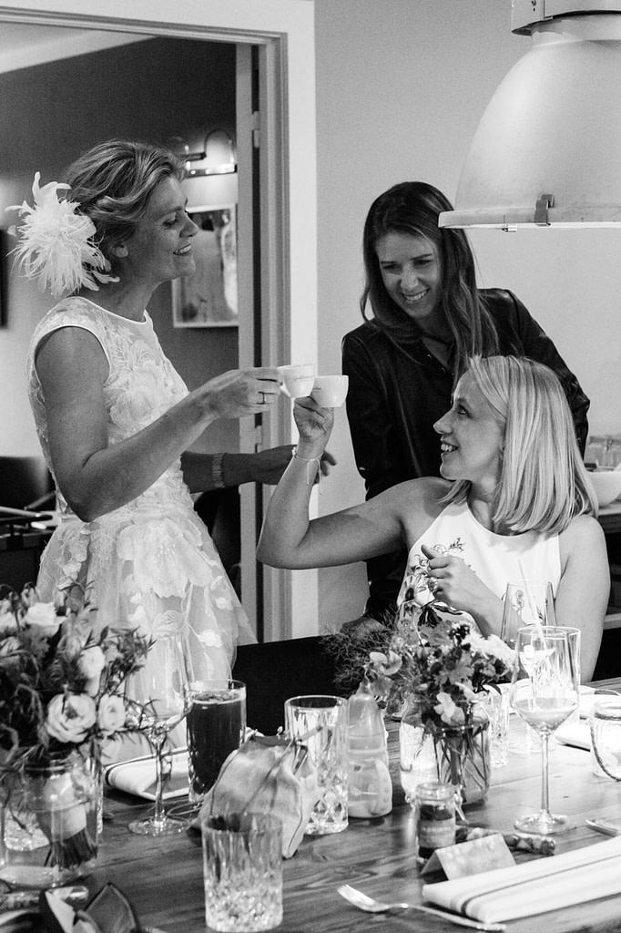 Die Braut und ihre Trauzeugin bei der Hochzeitsfeier im Goldschätzchen der Koch Fabrik auf dem Golf Park Peiner Hof in Priesdorf beim Hochzeitsfotograf Hamburg