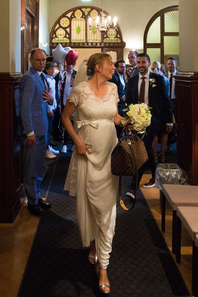 Die Braut auf dem Weg zum Trausaal im Standesamt Düsseldorf