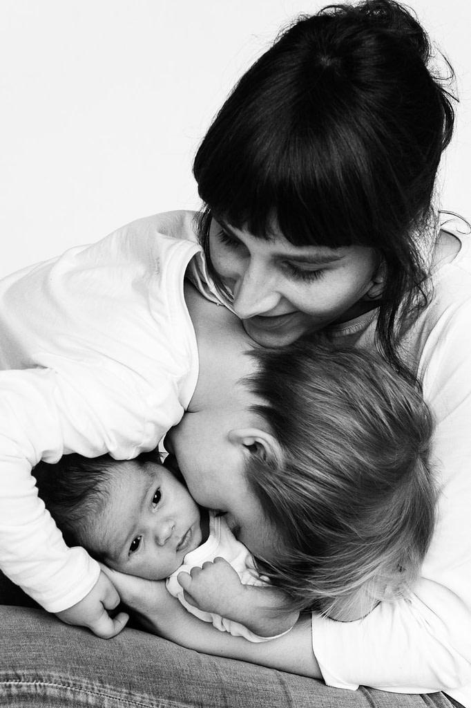 Mama hält Baby im Arm beim Babyfotograf in Hamburg