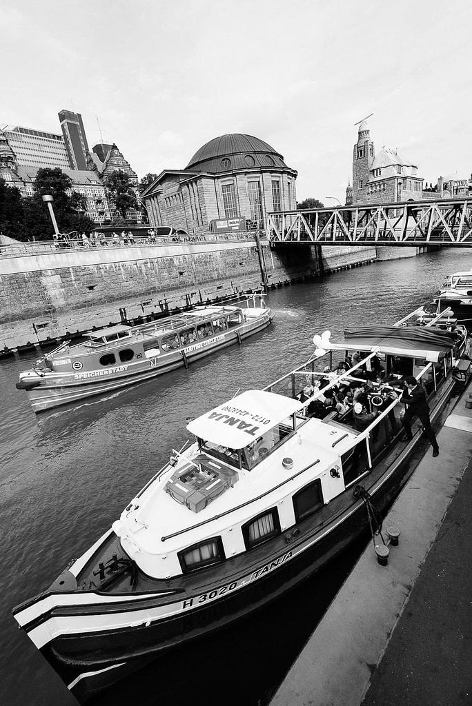 Die Hochzeitsbarkasse an den Sankt Pauli Landungsbrücken ist bereit zum Ablegen bei Hochzeitsfotografie Hamburg