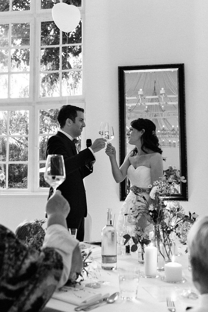 Hochzeitspaar prostet sich beim Hochzeitsdinner in der Villa am Jachthafen zu bei Hochzeitsfotografie Hamburg
