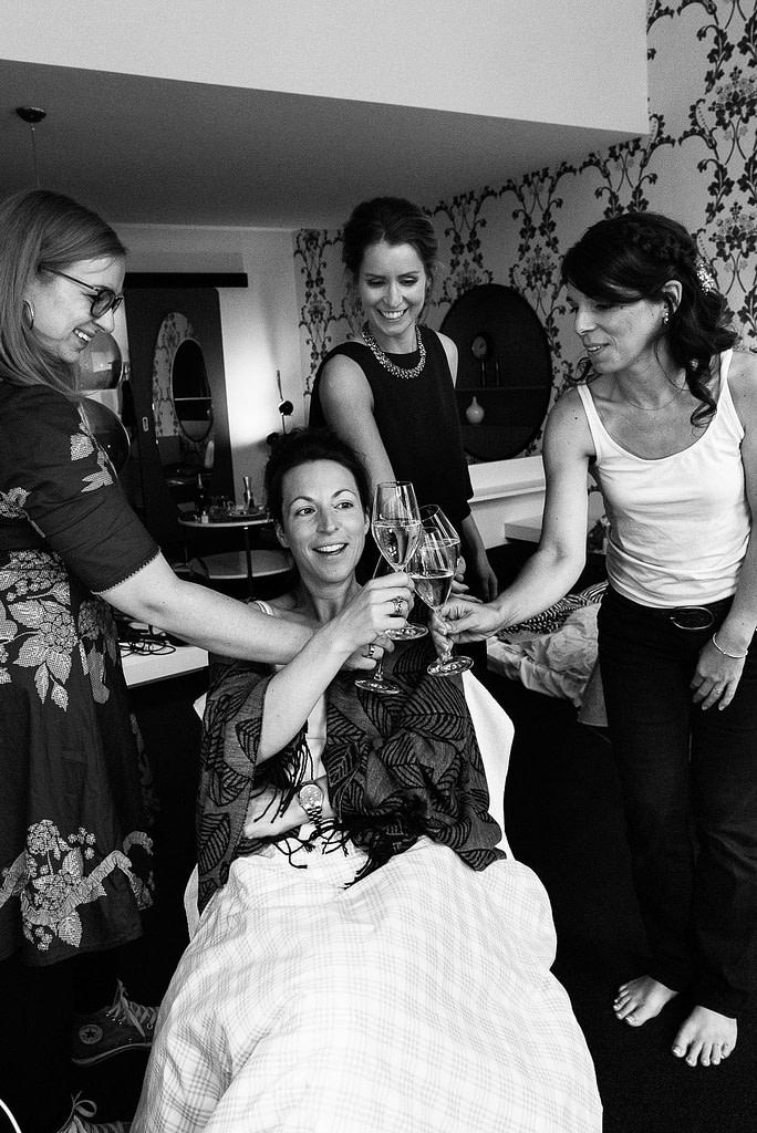 Trauzeugin prosten sich bei den Hochzeitsvorbereitungen zu bei Hochzeitsfotografie Hamburg