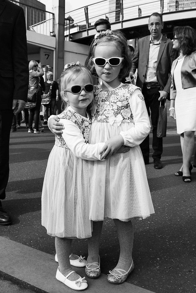 Zwei Blumenkinder warten an der Stankt Pauli Landungsbrücken auf die Hochzeitsbarkasse bei Hochzeitsfotografie Hamburg