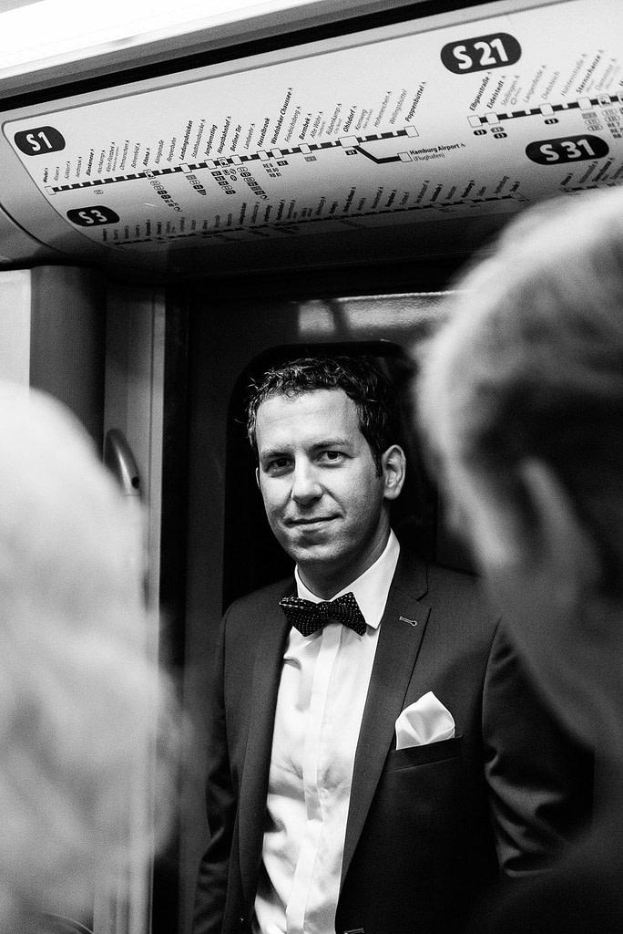 Bräutigam mit seinen Gästen in der S-Bahn bei Hochzeitsfotografie Hamburg
