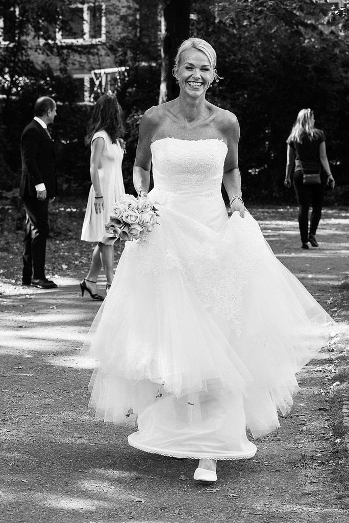 Die Braut unterwegs mit ihren Hochzeitsgästen im Eichenpark an der Alster in Harvestehude beim Hochzeitsfotograf Hamburg