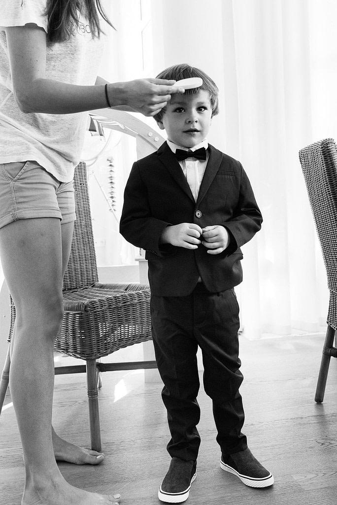 letzte Vorbereitungen beim Ankleiden für den schönsten Tag im Leben beim Hochzeitsfotograf Hamburg