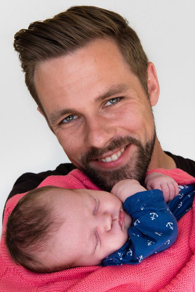 Papa hält sein Baby im Arm beim Baby Fotoshooting in Hamburg Altstadt