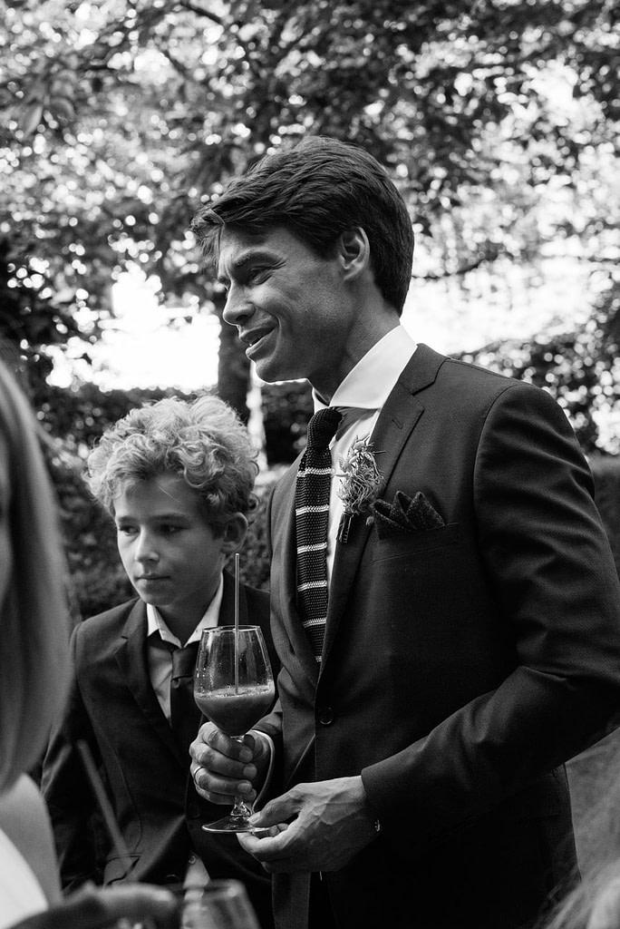 Der Bräutigam beim Sektempfang im Hotel The George in Sankt Georg beim Hochzeitsfotograf Hamburg