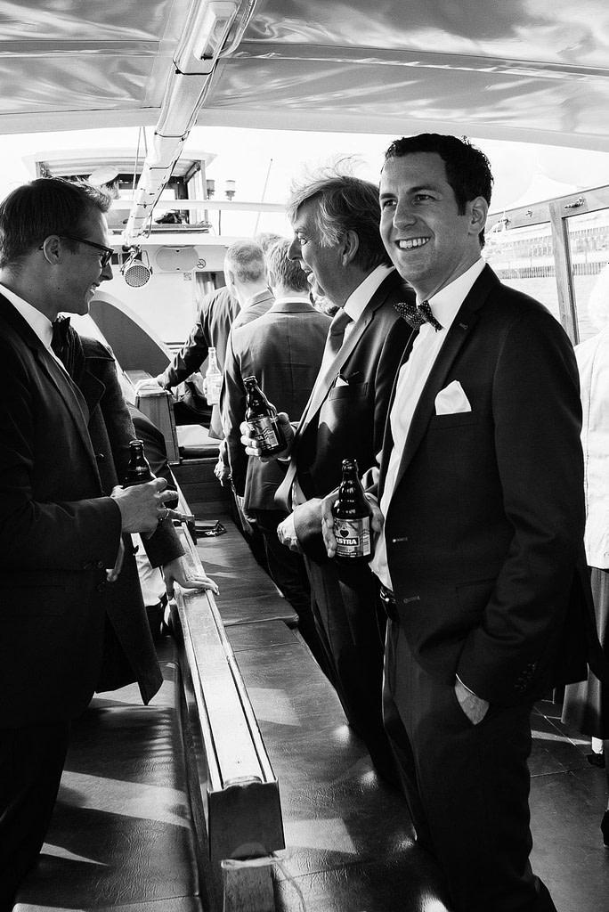 Bräutigam und seine Gäste beim Bier auf der Hafenbarkasse bei Hochzeitsfotografie Hamburg