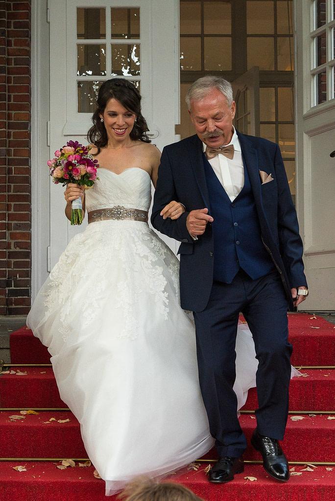 Der Brautvater führt die Braut zur Trauzeremonie an der Villa im Jachthafen bei Hochzeitsfotografie Hamburg