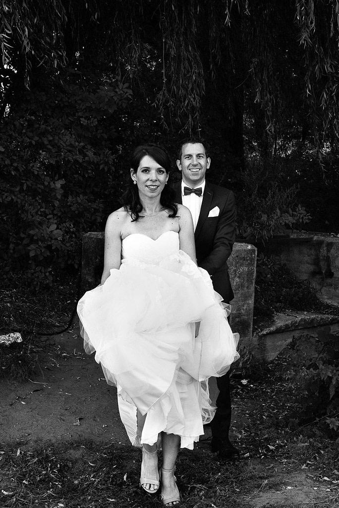 Brautpaar auf den Weg zum Aussichtspunkt im Parkhafen bei Hochzeitsfotografie Hamburg