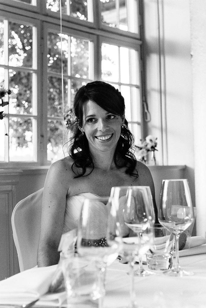 Die Braut freut sich über die Hochzeitsrede ihres Bräutigams vor dem Hochzeitsdinner in der Villa am Jachthafen bei Hochzeitsfotografie Hamburg