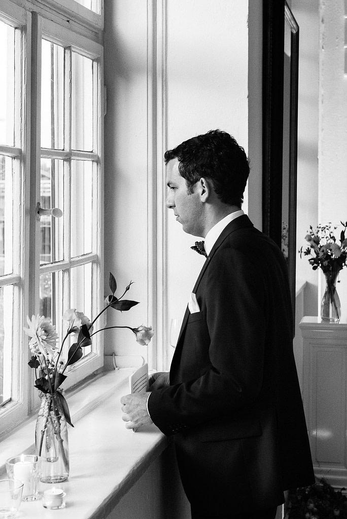 Der Bräutigam konzentriert sich auf seine Hochzeitsansprache in der Villa am Jachthafen bei Hochzeitsfotografie Hamburg