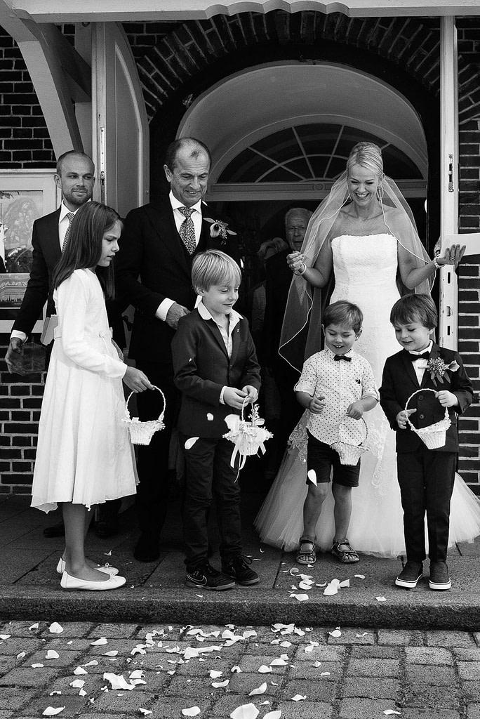 Das Brautpaar und die Blumenkinder nach der Trauung vor der Eppendorfer Hochzeitskirche Sankt Johannis beim Hochzeitsfotograf Hamburg