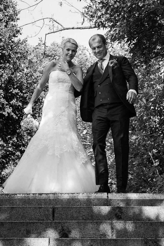 Das Hochzeitspaar auf dem Weg zum Bobby Reich Bootssteg an der Krugkoppelbrücke beim Hochzeitsfotograf Hamburg