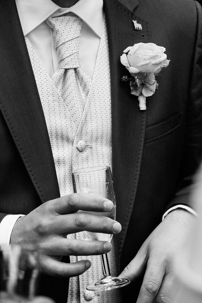 Close up vom Hochzeitsanzug bei der Landhochzeit in Mecklenburg Vorpommern beim Hochzeitsfotograf Landhochzeit Hamburg