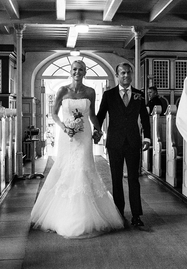 Das Hochzeitspaar beim Einzug in die Eppendorfer Hochzeitskirche Sankt Johannis beim Hochzeitsfotograf Hamburg