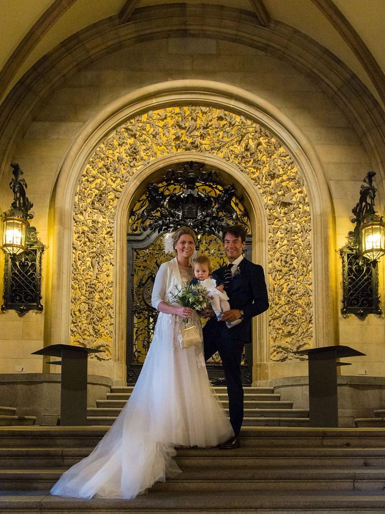 Das Hochzeitspaar posiert auf den Treppen der prunkvollen Empfangshalle vor der Trauung im Phönixsaal vom Hamburger Rathaus beim Hochzeitsfotograf Hamburg