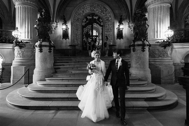 Das frisch vermählte Brautpaar verläßt nach der Trauung im Phönixsaal über die weitläufigen Treppen das Hamburger Rathaus beim Hochzeitsfotograf Hamburg