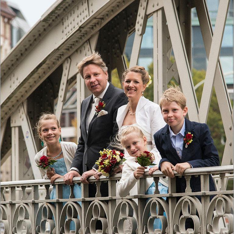 Die Hochzeitsfamilie am Sankt Annenfleet auf der Neuwegsbrücke in der Hamburger Speicherstadt. Die Hochzeitsbilder vom Hochzeitsfotograf Hamburg
