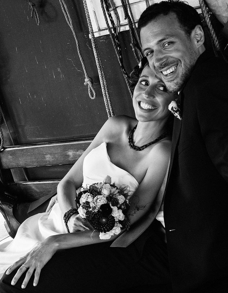 Glückliches Hochzeitspaar im Hafenmuseum Hamburg am Hansahafen beim Hochzeitsshooting mit dem Hochzeitsfotograf Hamburg