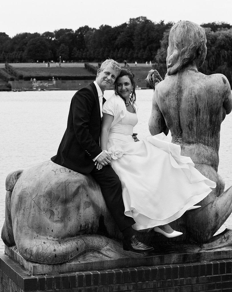 Hochzeitspaar reitet gemeinsam auf einem Centaurus im Hamburger Stadtpark in Hamburg Barmbek bei den Brautpaarfotos beim Hochzeitsfotograf Hamburg