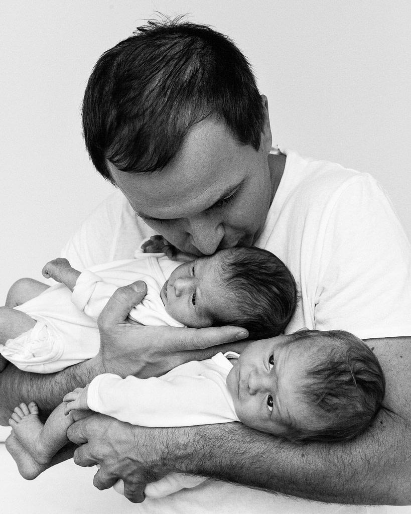 Vater hält beide Zwillinge im Arm beim Baby Fotoshooting in Hamburg Barmbek