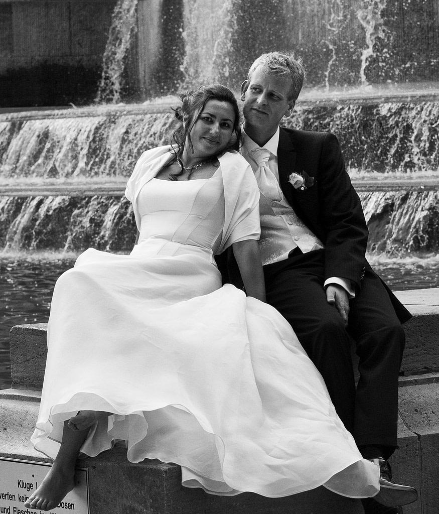 Hochzeitsportrait vor dem Springbrunnen am Planetarium im Hamburger Stadtpark bei den Brautpaarfotos beim Hochzeitsfotograf Hamburg